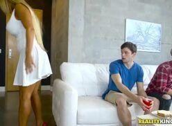 Porno incesto novinho safadão meteu gostoso na titia safada