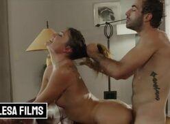 Porno novinha tomando puxão de cabelo quando seu macho lhe cavaca de quatro