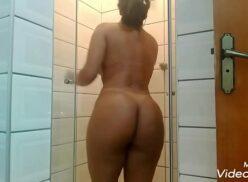 Vídeo porno grátis com  Pamela Santos tomando banho e se depilando