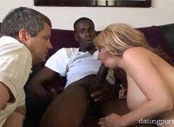 Xxx videos casal contrata negão pra menagem e macho solta as frangas chupando rola do negro