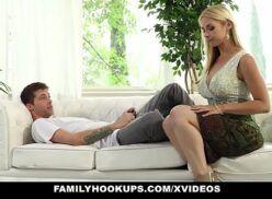 Porno mae e filho fazendo um sexo em cima do sofá bem animal