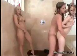 Sapecas nuas novinhas gostosas no banheiro uma comendo a outra com cinta e outra na siririca