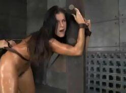 Video porno brutal cenas de sexo com vadias amarradas sendo defloradas