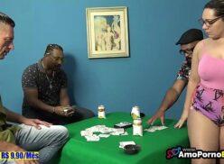 Apostou a namorada e perdeu a gostosa no jogo de poker