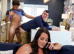 Xnxx gay novinho sendo torado de quatro pelo amigo enquanto sua mãe fala no celular