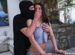 Da putaria bandido foi assaltar casa e acabou foi trepando com a mulher gostosa dona da casa