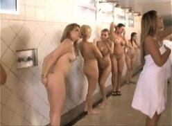 Espiando meninas no banho do banheiro do clube