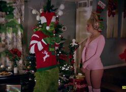 Grinch xxx comendo duas gostosas no meio da sala em dia de natal
