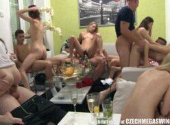 Sexo grupal várias putas e machos tarados fudendo na sala do cafofo