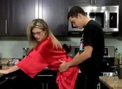 Caiu na net vídeo porno real comendo madrasta na cozinha
