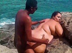 Comendo a gordinha balofa na beira da praia