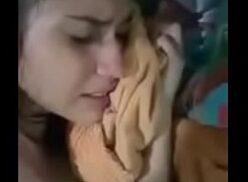Novinha gostosa chorando de tesão com a rola lhe comendo