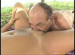 Velho chupando novinha e fazendo ela gozar na boca dele
