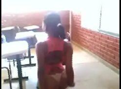 Novinha pelada na escola deixa o amigo gravar