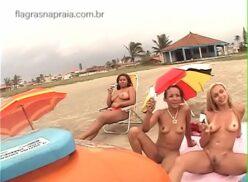 Peladas e nuas na praia deixam vendedor de sorvete pirado de tesão