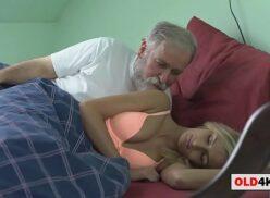 Avô sexo com neta loirinha bem gostosa